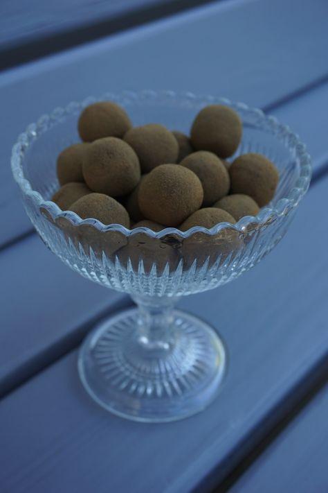 Lakritskulor är perfekta som lördagsgodis eller när man bara blir sugen på lakrits! Ännu ett härligt Paleo recept i Paleoskafferiet här Under vårt tak.