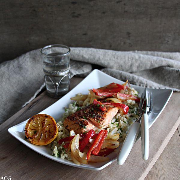 Tallerken med smørstekt laks, grønnsaker og blomkålfilet