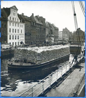Königsberg (Pr.), Hafen, Schiff mit Baumstämmen beladen