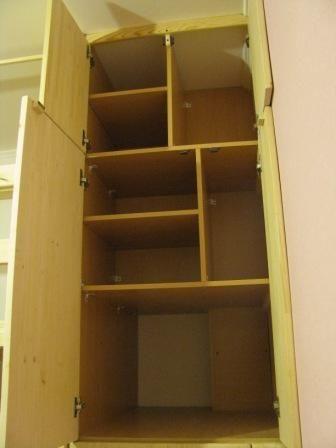 двухъярусная кровать из дерева своими руками: шкаф сбоку кровати в открытом виде