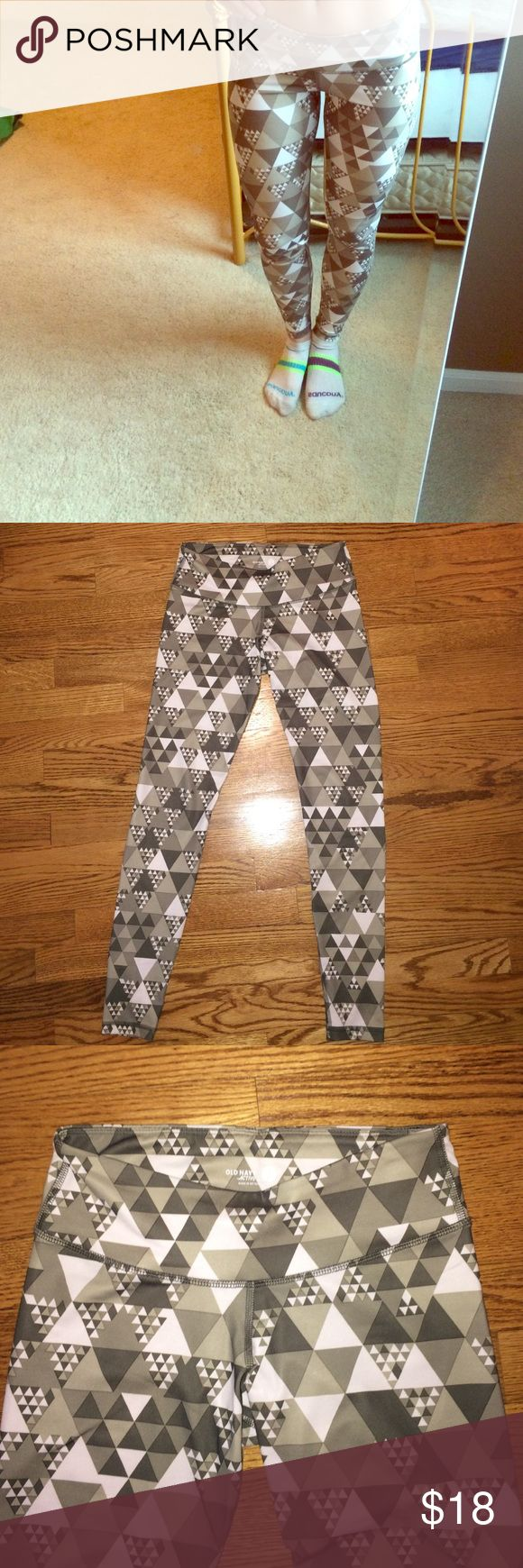 Old Navy Active Print Legging BRAND NEW Old Navy Active workout Legging. Never worn except to take this picture to list in my Poshmark closet! Perfect condition. Great workout Legging with trendy dark gray, light gray, and white print. Hidden pocket in the back waistband for keys, hair ties, phone etc. Old Navy Pants Leggings