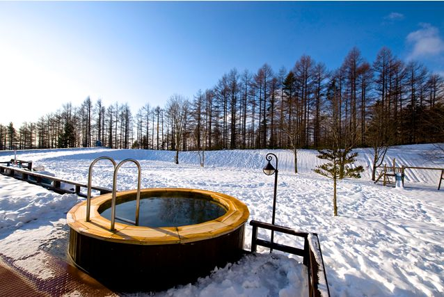 Located on the edge of the mountains, where open fields are covered in a fresh layer of snow, lies an outdoor Canadian hot tub. After a day skiing on the slopes, it's the perfect place to unwind - and a bucket list experience.