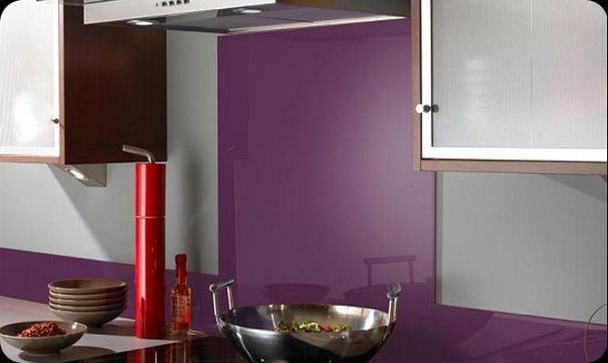 Paarse keuken achterwand van glas