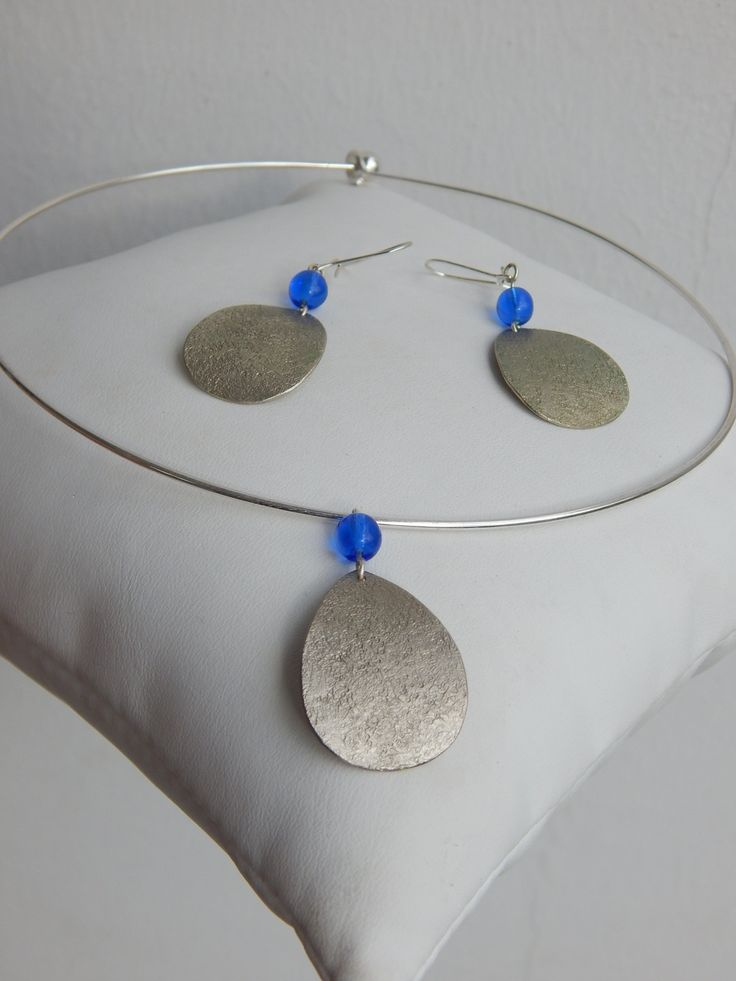 """Parure """"Goutte"""" argentée perles bleu électrique (boucles et collier assortis) : Parure par bijou-lie"""