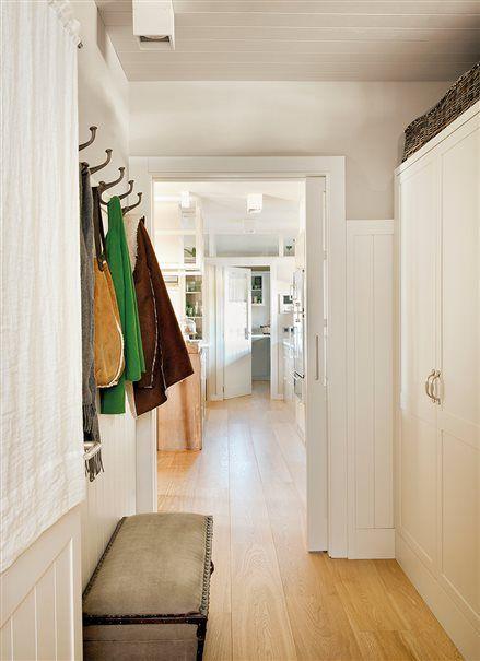 Recibidor en blanco con armarios y colgadores casa de - Armarios entrada recibidor ...