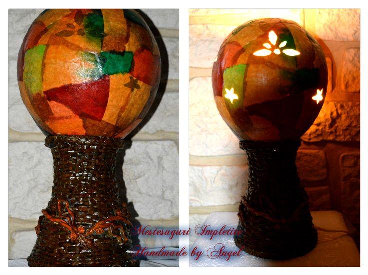 Veioza handmade - Are suportul impletit si un abajur superb colorat.