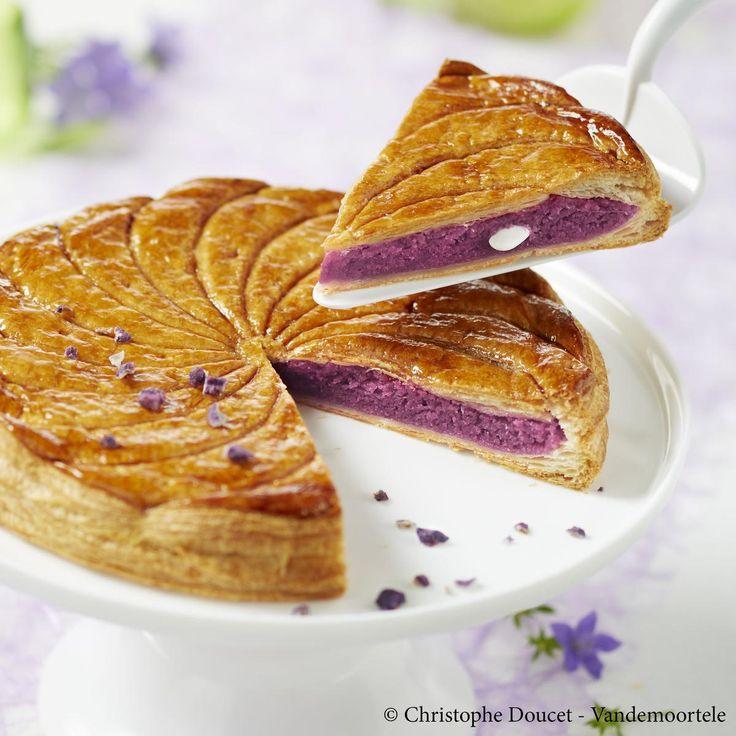 Dans un saladier, déposer le beurre pommade, la poudre d'amandes, les œufs (entiers), la farine et mélanger. Ajouter le sirop de violette et mélanger