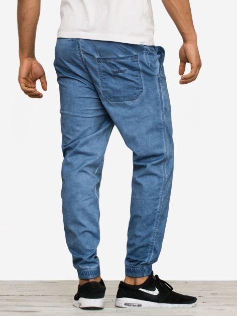 Zobacz Jogger Stretch Blue Dyed marki UrbanCity w kategorii Spodnie w UrbanCity.pl! Spodnie jogger marki UrbanCity.Nowa odsłona spodni typu jogger to trwałość i swoboda ruchu. Stworzone z myslą o wygodzie użytkowania a zarazem klasycznym wyglądzie. Wygodna guma w pasie pozwoli na idealne dopasowanie.MATERIAŁ: 98% bawełna, 2% elastanKRÓJ: joggerZDOBIENIA: haftDODATKOWE INFORMACJE: oryginalna struktura materiału wykonane z doskonałej jakości tkaniny cztery kieszenie - tylne wszyte logo…