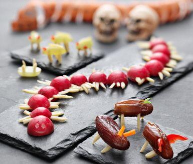 Fira Halloween med läskiga småkryp! En insekt gör du enkelt genom att ta en dadel som kropp, mandelsplitter som ben och strimlad paprika eller sockerärter som antenner. Om du vågar läsa vidare i receptet, ger vi även tips på läskigt nyttiga tusenfotingar och skalbaggar.