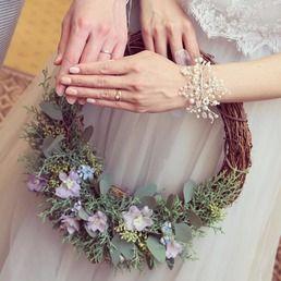 「森」をテーマにしたナチュラルスタイルの披露宴を行った卒花嫁の「ynswedding」さま。オーダーしたウェディングドレスはナチュラルスタイルに合うかわいさ。そこにヴィンテージアイテムやDIYしたシューズを合わせて、世界にひとつのドレスコーデを仕上げています。