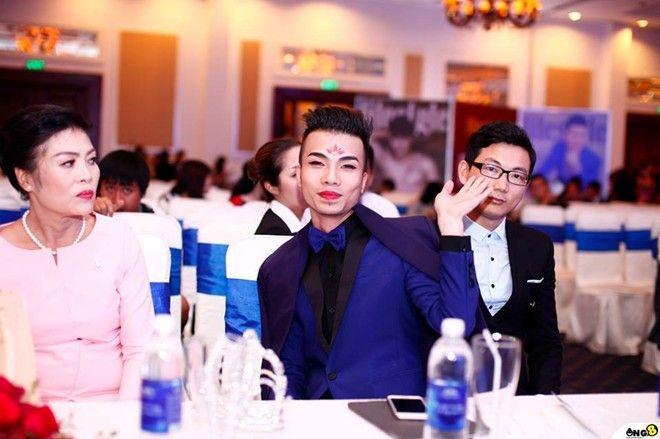 Xuất hiện tại đêm hội Facebooker lần đầu tiên do Lifestyle tổ chức tại TPHCM tối 4/2, Kenny Sang đã khiến nhiều người sững sờ với sự hóa trang và màn đối đáp sòng ph