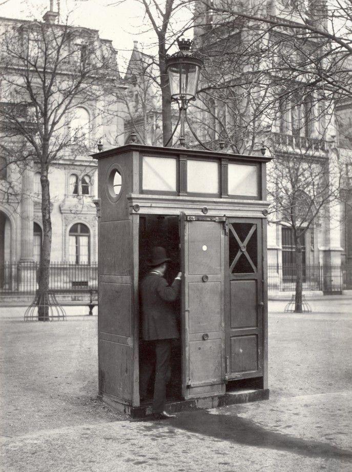 09-Charles_Marville,_Urinoir_en_ardoise_à_2_stalles,_Place_Saint-Germain_L'Auxerrois,_ca._1865