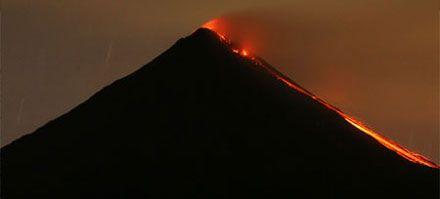 a lo largo y ancho de Chile existen 500 volcanes considerados geológicamente activos y unos 60 con registro eruptivo histórico, dentro de los últimos 450 años y que suman más de 300 erupciones