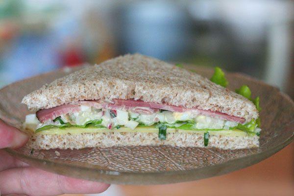 сандвич с яйцом и редисом