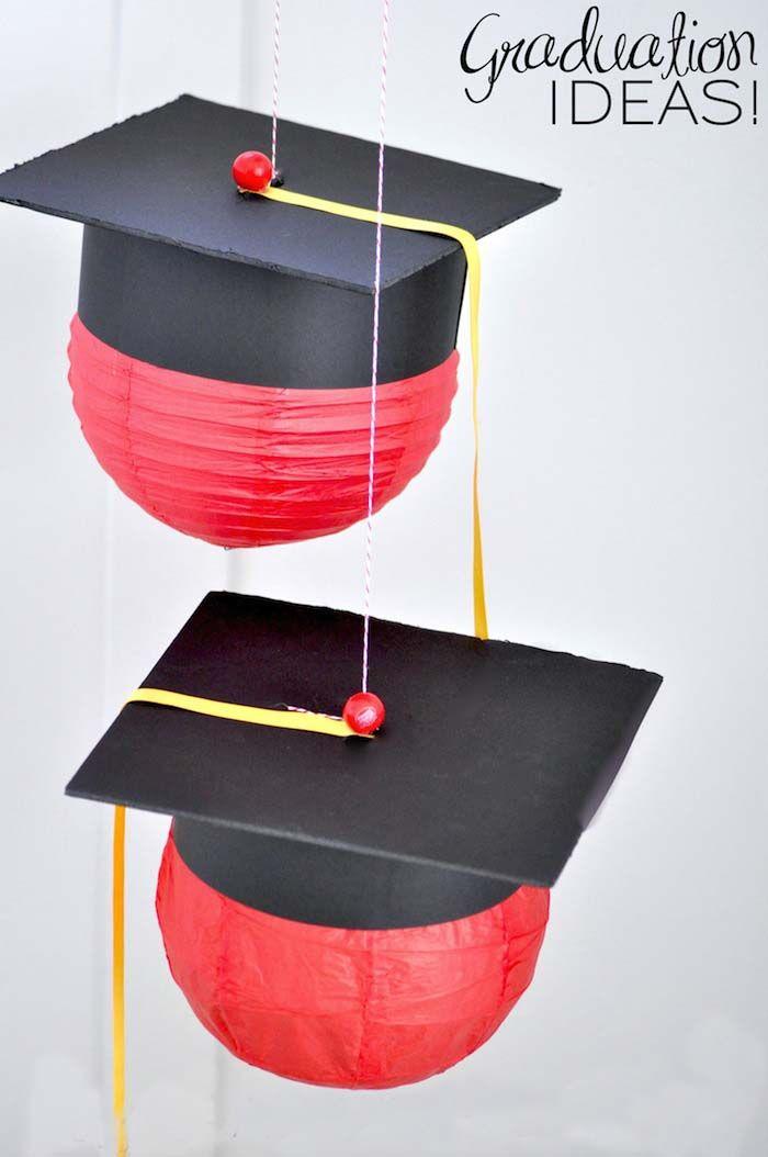 Decoración de bolas chinas con birrete para fiesta de graduación en interperie