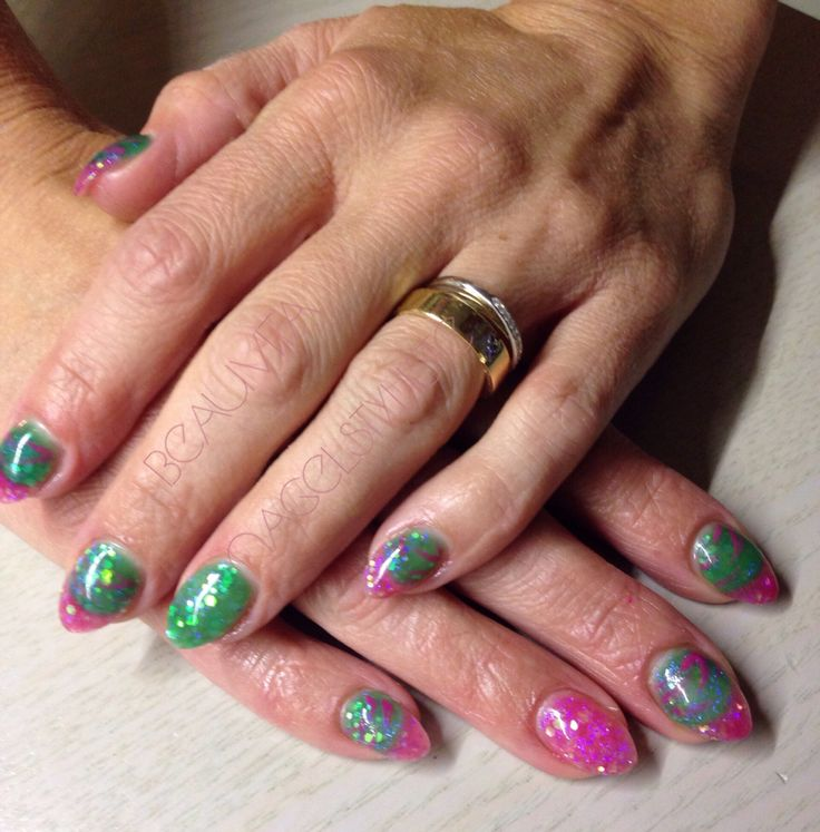 Zomerse nagels met roze en groen.