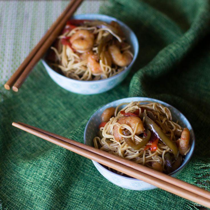 Noodles con gambas. Receta china con Thermomix. En nuestro paseo de Thermomix por el mundo hoy nos vamos a China a comer unos noodles con gambas, una receta muy fácil de preparar y que está deliciosa. Pensar en comida china para los occidentales es pensar enarroz chino tres delicias,tallarines fritos con gambas,pollo con almendrasoternera con pimientosentre otras recetas, todas ellas puedes encontrarlas ya publicadas aquí en el blog y con todas esas recetas puedes preparar un festín en…