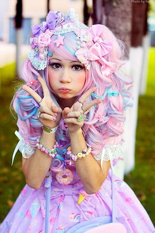 A lolita with decora touches and fairy kei colors. Plus an irresistable expression!