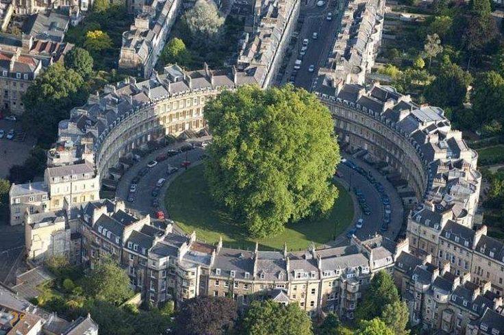 Батский цирк – #Великобритания #Англия #Бат_и_Северо_Восточный_Сомерсет (#GB_ENG) Не каждый день такие архитектурные проекты увидишь, особенно в каких-нибудь мало известных широкой публике городах.  ↳ http://ru.esosedi.org/GB/ENG/1000470604/batskiy_tsirk/