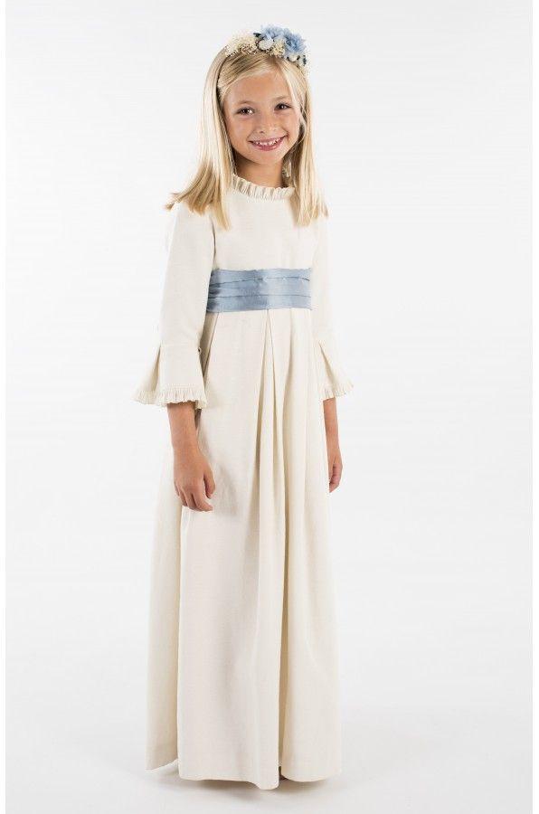 Vestido de loneta beige, tablas en falda y manga, detalle de algodón plisado en cuello y manga, lazada de tafeta azul. Botones forrados. Totalmente forrado.
