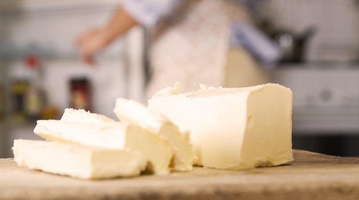 In questo articolo vi spieghiamo come fare il burro in casa, fresco o chiarificato, e come e quando utilizzare in cucina questo utilizzatissimo ingrediente.