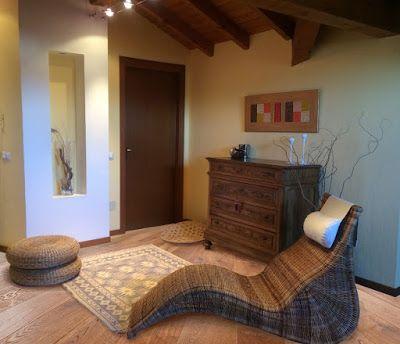 Zona relax ricavata in una piccola mansarda, arredata con arredi in rattan.