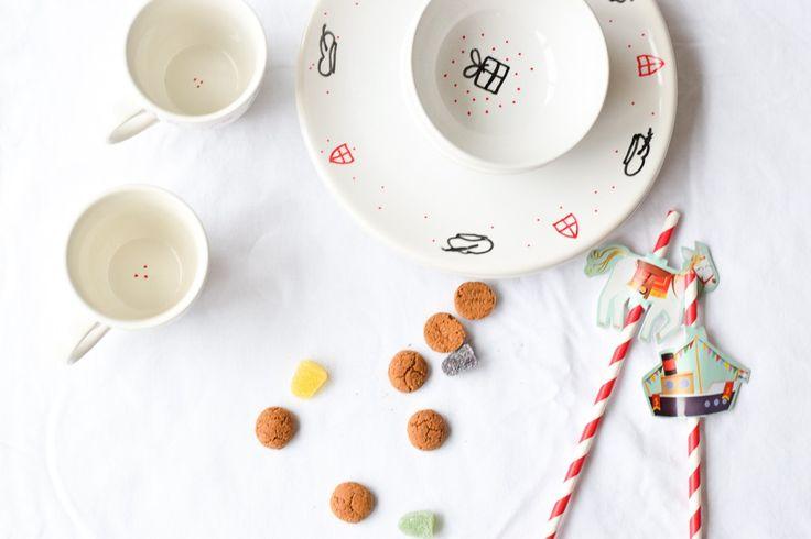 Waarom is er nog geen sint- en pietservies? Blogger Wimke maakte samen met haar kinderen een servies geschikt voor 5 december. Lees op het blog hoe ze dat heeft gedaan.