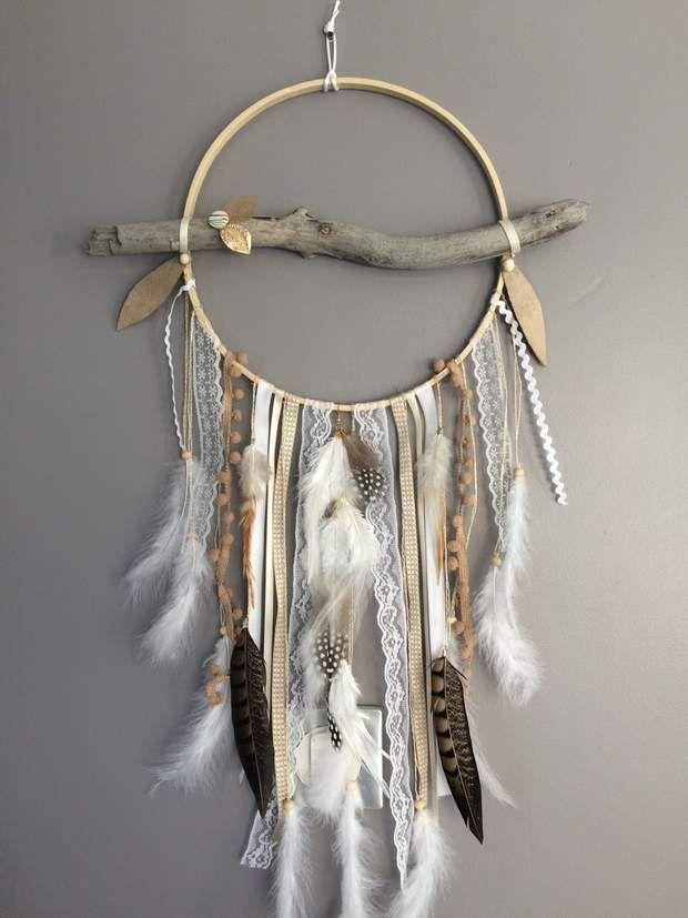 Plumes et dentelles, Un joli modèle fait à partir de bois flotté, dentelle, plumes de paon,Diamètre du cercle : 24cmLongueur totale : 62 cm55 € sur Alittlemarket.
