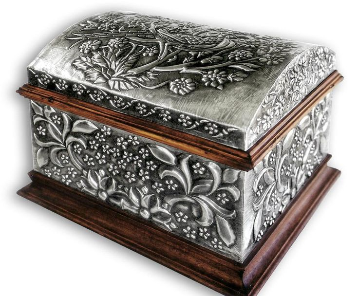 FLORAL CHEST 1 - COMPLETE.    Embossed chest with with floral motives.  30 x 22 x 20 cm.