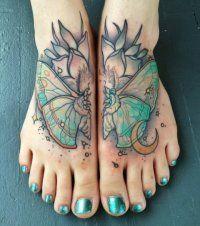 Цветная женская татуировка с крыльями бабочки на ногах