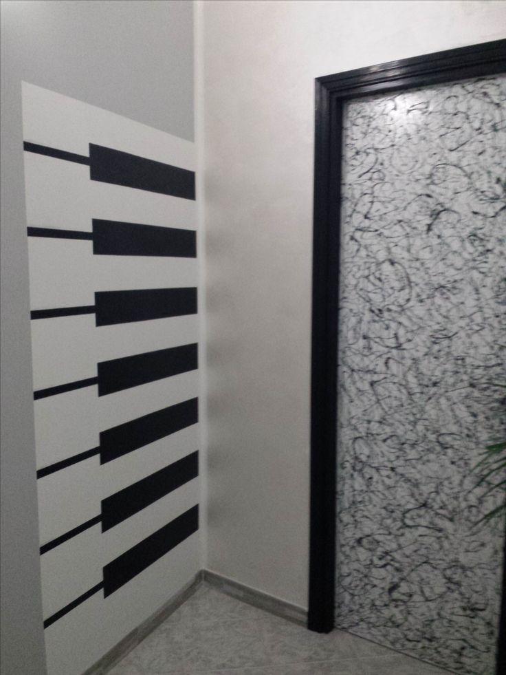 murales tasti piano  e porta rivisitata in chiave moderna omaggio a Pollock