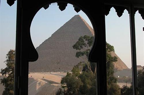 Mangiare a pochi passi dalle piramidi egizie si può in questo ristorante aperto 24 ore su 24