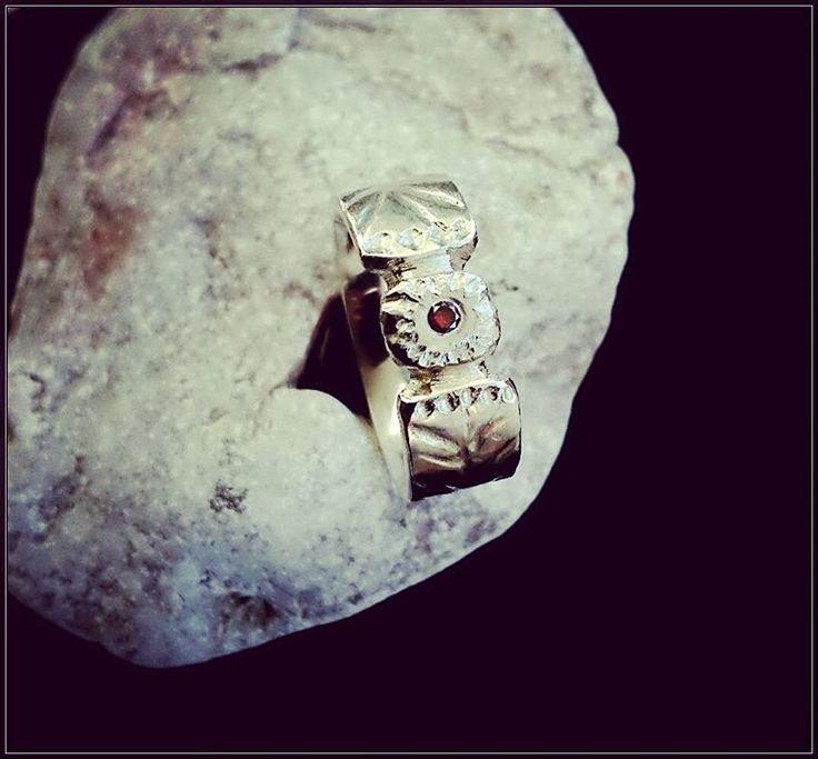 """""""""""CHERRY""""  Känslan i denna ring... Blodröd diamant  Älskar att skulptera denna. Djup eufori. Design och arbete: Anneli Lindström, Alv design. www.alvdesign.se"""