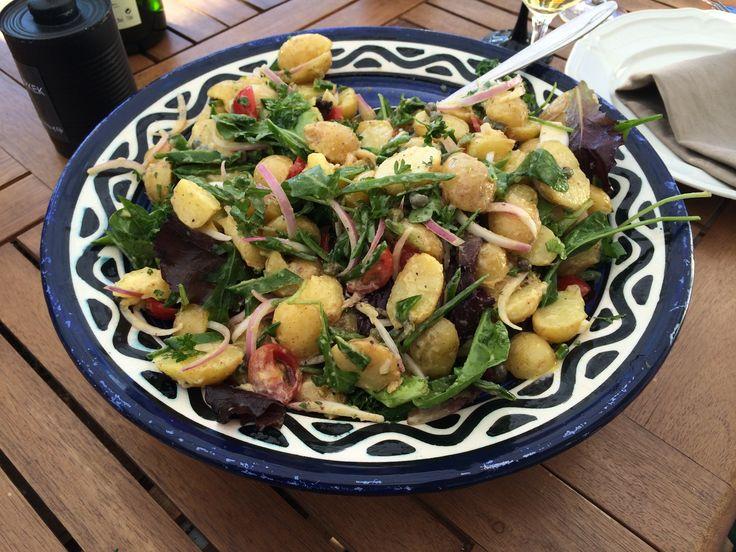 En god fransk potatissallad passar till det mesta som är grillat eller stekt. Den är god till lamm, biff, kyckling, kall rostbiff, lax eller varför inte för sig själv, som den är. Blir det mot [...]