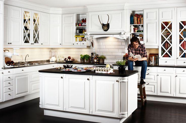 Nysgjerrig på tradisjonelle kjøkken? Kjøkkenserien Meny fra Drømmekjøkkenet finnes i tradisjonelt hvitt med herlige detaljer på skapdørene.Bli inspirert hos Drømmekjøkkenet!
