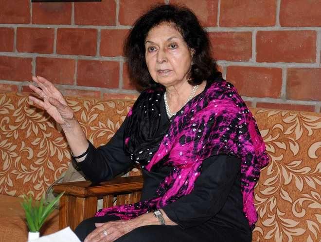 Basudeb profiles Nayantara Sahgal, the second daughter of Vijaya Lakshmi Pandit (sister of Jawaharlal Nehru). An important woman novelist of the 20th century, she penned many political novels too, …