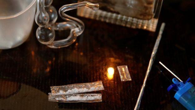 """A menudo lo llaman """"hielo"""" o """"metanfetamina"""" en Occidente. Es una metanfetamina cristalina. En Filipinas y otras partes de Asia, """"shabú"""" es el término usado para hablar de una forma pura y potente de anfetamina.Puede fumarse, inyectarse, inhalarse o disolverse en agua.Filipinas es la base de laboratorios industriales, que producen toneladas de esta droga, la cual es distribuida por todo Asia."""