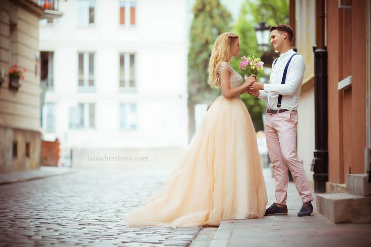 shoot in the city / flowers / Sweet and romantic engagement shoot in Warsaw / Wedding in Warsaw / bride 2017 / photographs