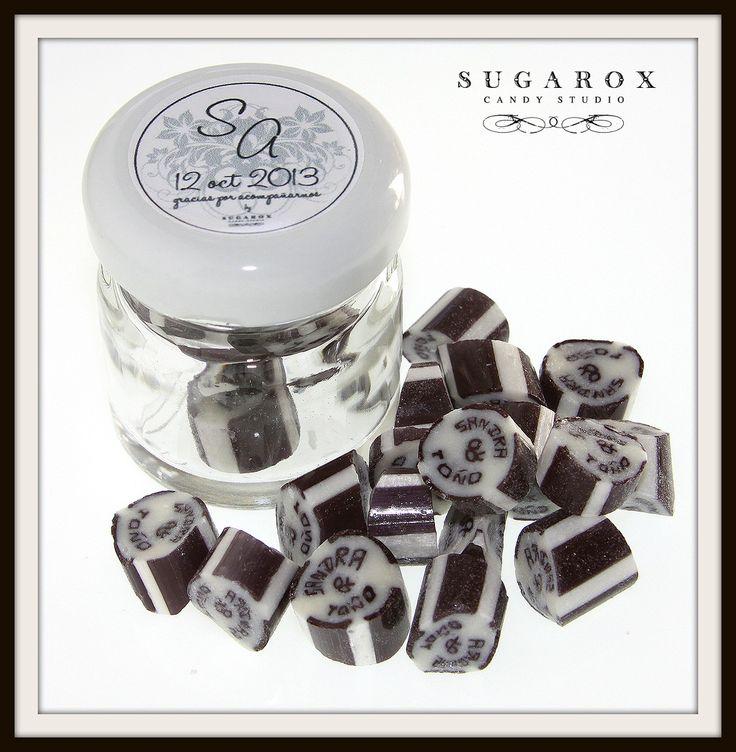 Frasco con dulces y etiqueta personalizada; listo para tus invitados