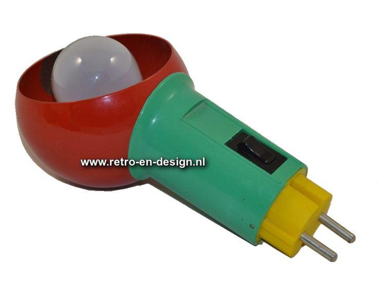 Vintage multi-colored stekkerlamp  Lampje van het principe 'plug 'n play'. Direct inpluggen in het stopcontact en er is licht... Leuk als bed-/ of leeslampje. De kop van het lampje is draaibaar, zodat de lichtbron te richten is. Natuurlijk is dit retro stekkerlampje ook superhandig als doe-het-zelf knutsellamp. Geen gedoe, gewoon direct in het stopcontact. Minimalistisch design uit de jaren '70. zie: http://www.retro-en-design.nl/a-42548834/verlichting/vintage-multi-colored-stekkerlamp/