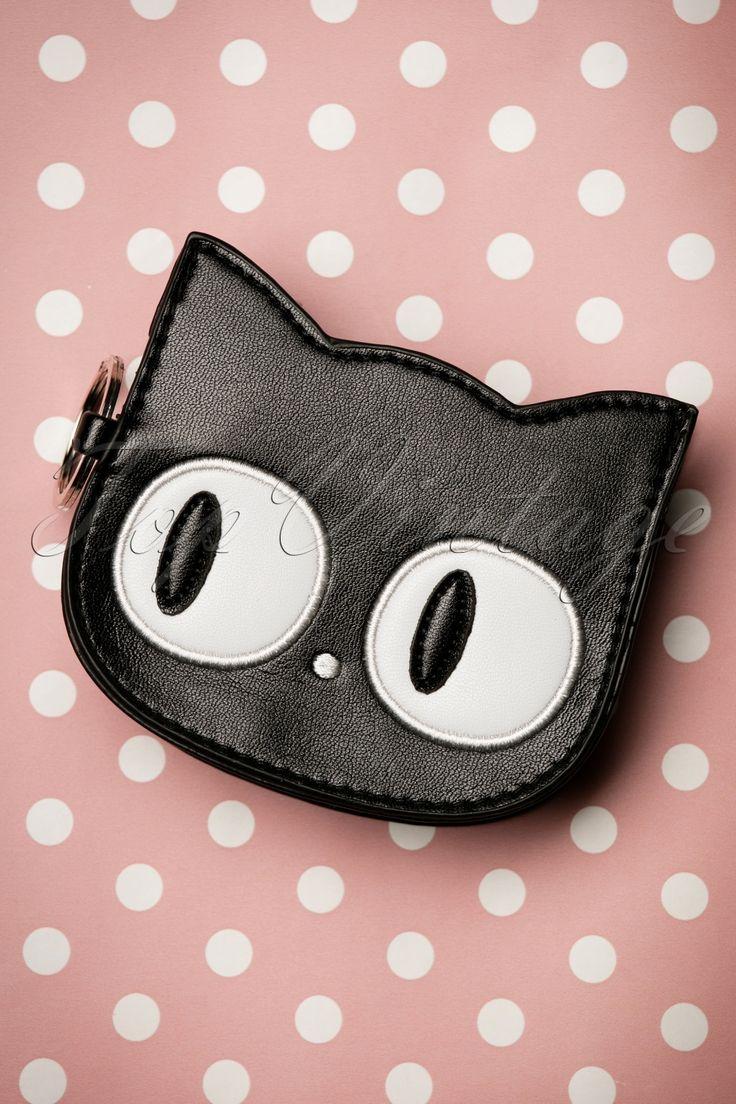 """De 60s Lizzy The Big Eyed Cat Small Walletis een speelse portemonnee en een echte eyecatcher! Look into my gorgeous eyes! Deze super schattige kleine portemonnee is uitgevoerd in zwart """"faux"""" leder in de vorm van een kattengezicht met prachtige grote ogen, een gestikt neusje en als schattig detail, een gestikt kattenpootje op de achterzijde! ;-)   Sluit d.m.v. een rits Zilverkleurige key ring Eén vak aan binnenzijde Volledig gevoerd met zwart stofje Jo..."""