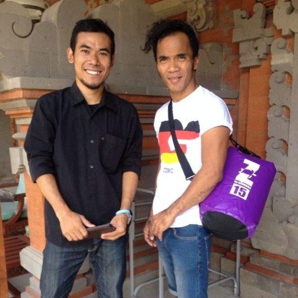 Look at who's wearing #azurbali  #drybags @tamba09 with Kaka from #slank !!! #azurbalidrybag #azurdrybag