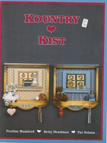 Kountry Kist Pauline Mumford, Betty Headman, Pat Nelson, 1985, publicado y distribuido por Provo Craft. Tiene un precio de etiqueta engomada en la portada y un sello rojo oriental en la primera página del propietario original. Kountry Kallin Pauline Mumford y Betty Headman, 1986,