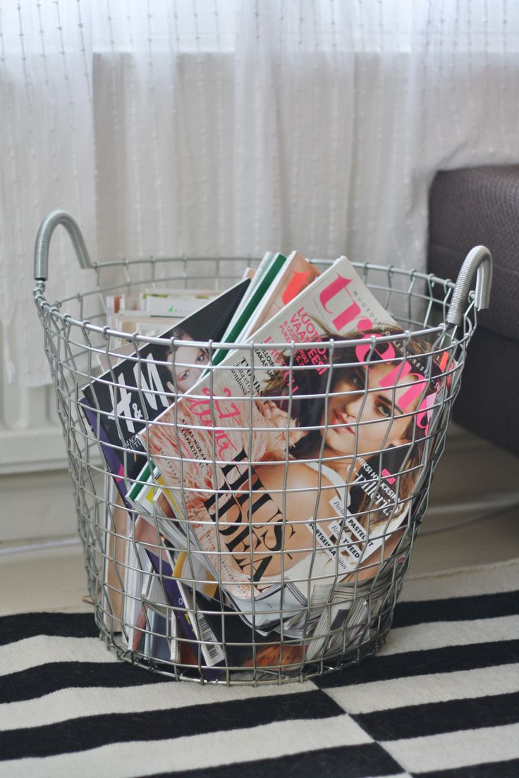 Wire basket for magazines