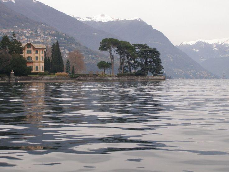 """Spettacolare veduta del Lago di Como o lago Lario. Tanto bello da essere classificato nel 2014 dal quotidiano online """"The Huffington Post"""" come il lago più bello del mondo, per il suo microclima e per il suo ambiente costellato da villaggi e ville, richiestissime dai personaggi più celebri. B&B nel comune di Como in Lombardia qui  http://bedandbreakfast.place/it/bb-lombardia/como/como"""