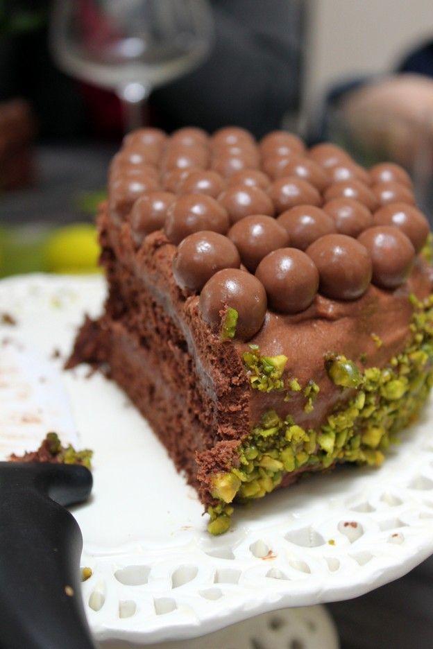 Gâteau au chocolat, pistaches et maltesers