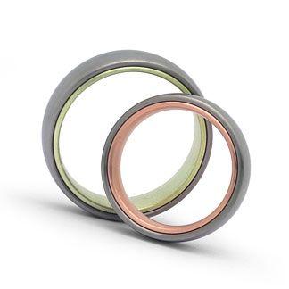 Schlichte Trauringe in Edelstahl / 585 Rot / Grüngold Ringform: außen leicht gerundet, innen bombiert. 6mm breit, 2,4mm stark. Oberfläche: matt