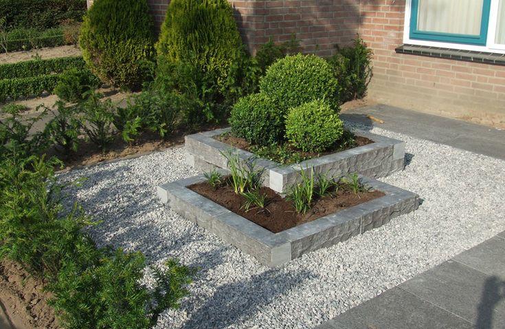 voor in het voortuintje, grote beton tegels, gemetselde bakken en grint voor en zelfde rustige uitstraling als in de achtertuin