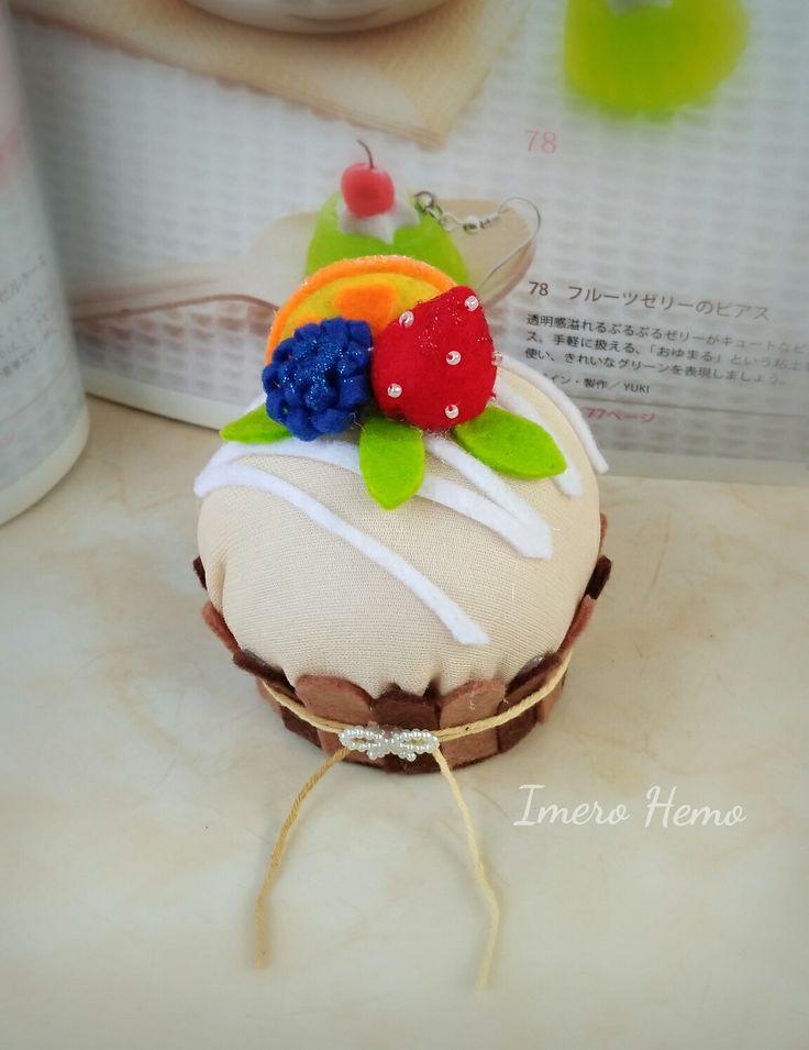Vanilla cake pincushion