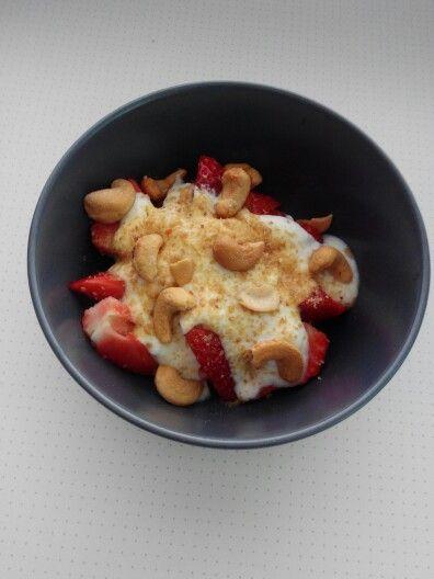 [PRIMEIRO DIA] Para o segundo lanche da tarde um iogurte magro, com uns morangos e linhaça moída. Juntei uma pequena quantidade de cajus, mham!